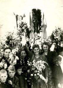 Friedrich Falevich among inhabitants of Slutsk celebrating Victory Day (Slutsk 1945)