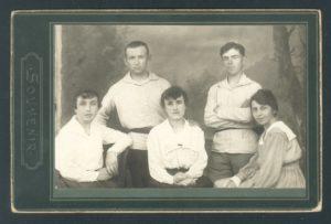 Aron Perlstein and Rasya Sigalevich with their friends (Yanovichi 1918)