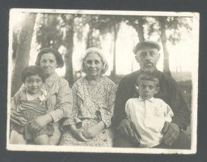 Blyuma Perlstein's relatives (Yanovichi 1941)