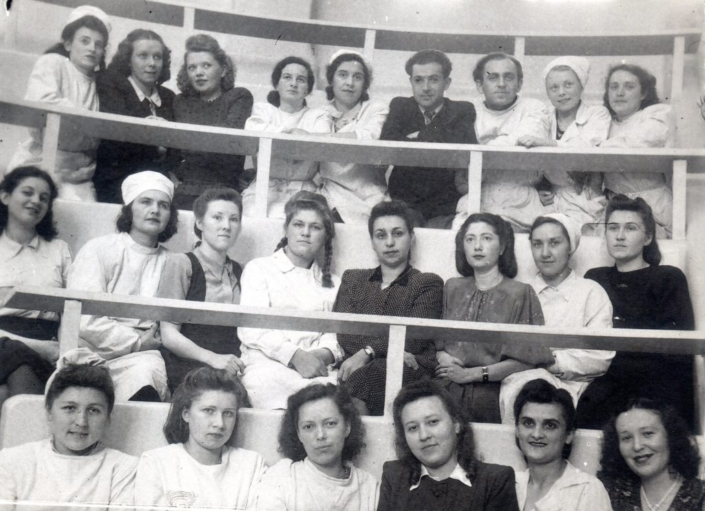 Елена Драпкина среди студентов (Ленинград, 1948 г.)