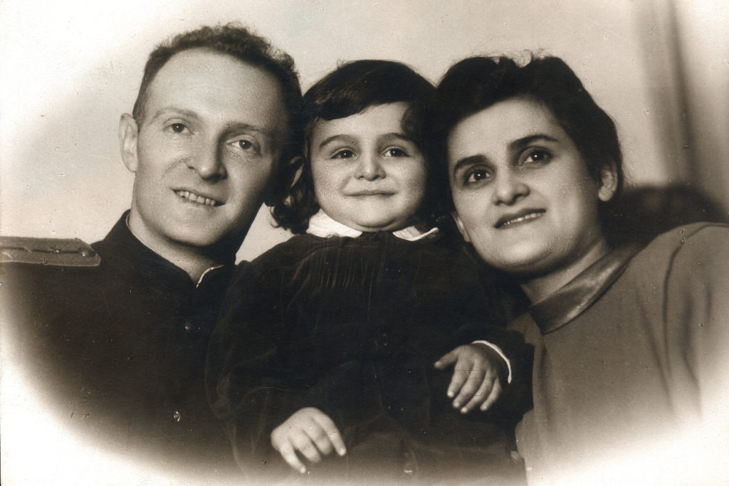 Елена Драпкина, ее муж Волк, и сын Александр (Ленинград 1949)