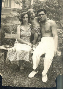Galina Levina with her parents Debora and Moses Markman (Sestroretsk 1936)