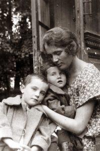 Maria Yanova with her daughters Evgenia Lebenson and Marina Sineokaya (Moscow 1924)