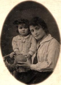 Tsilia Zelbert and her daughter Berta Zelbert (Berdyansk 1924)