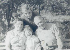 Margarita Lipovskaya and relatives (Strelna 1974)