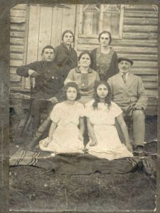The family of Mordukh Lipovski (Sledyuki village 1925)