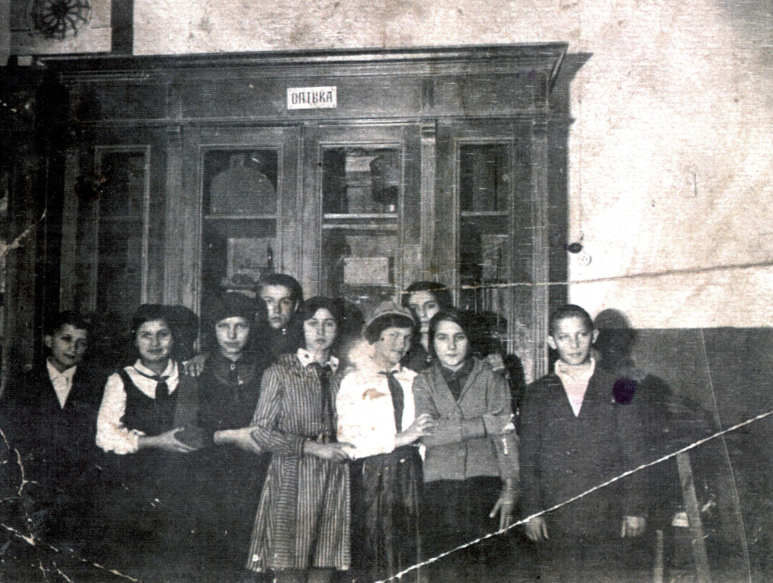Efim Pisarenko's sister Broha Shapiro and her fellow students